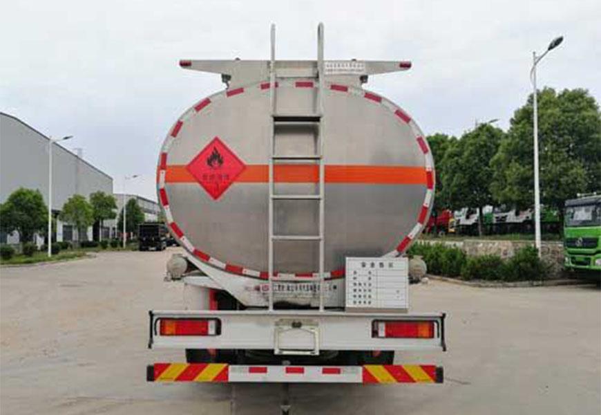 ڈونگفینگ تیان لونگ ایلومینیم الائے فیول ٹینک ٹرک جس میں چار سامنے چار اور آٹھ پیچھے ہیں۔